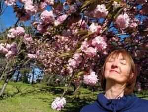 Photographie de moi fermant les yeux sous un arbre en fleurs